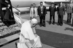 01 Papież Jan Paweł   II Pierwsza wizyta w Polsce, Na stopniach samolotu kard. Stefam Wyszyński. Lotnisko Okęcie 1979