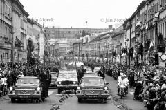 II wizyta Papieza Jana Pawl  II w  Polsce 1983. Warszawa . Przejazd  z lotniska  przez Nowy Swiat,  fot. Jan Morek