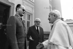 Jan Paweł II witany przed Belwederem przez Wojciecha Jaruzelskiego i Henryka  Jabłońskiego, 1983