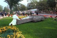 Papież Jan Paweł II przy grobie ks. Popiełuszki. Warszawa 1987.