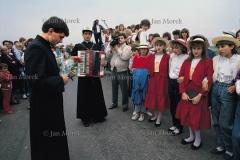 Powitanie księdza rozpoczynającego pracę duszpasterską. Wola Żelechowska, 1989