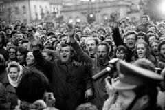 Pertraktacje Solidarności i Rządu w okresie kryzysu bydgoskiego, marzec 1981. Warszawiacy przed pałacem URM