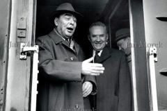 Leonid Breżniew  i Aleksiej Koszgin. Przybycie delegacji YSSR  na obrady Paktu Warszawskiego, 1974