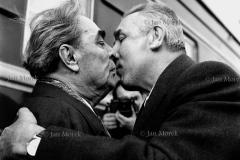 Leonid Breżniew  i Edward Gierek. Przybycie Breżniewa  na obrady Paktu Warszawskiego, 1974