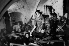 003  Piotr Skrzynecki i Ola Maurer w skeczy Budyjemy Polskę Ludową . Piwnica pod Baranami 1971