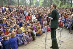 07 Wojciech  Młynarski na koncercie podczas  Swieta Ludowego. Wiazownia pod Warszawa, 1978