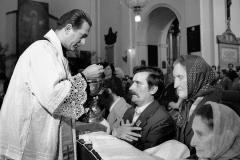 Lech Wałęsa w kościele św. Krzyża w Warszawie przed złożeniem dokumentów rejestracyjnych w Sądzie, 1980