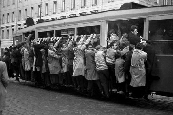 Przepelniony tramwaj, tzw. winogrona  Warszawa, 1960.  PRL Fot. Jan Morek /Forum