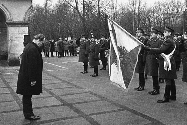 Układ Warszawa-Bonn w sprawie uznania granic PRL, 1970. Kanclerz Willy Brandt przed grobem Nieznanego Żołnierza.