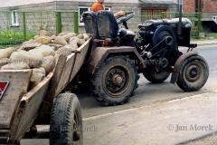 03  Rolnik  i jego wlasnorecznie zrobiony traktor. Murzasichle, 1986